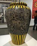 Keith Haring et LA II (Angel Ortiz): vases décorés de tags au MAM