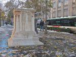 Statue de Charles Fourier, un socle nu et une pomme de Franck Scurti?