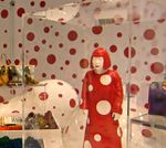 Yayoi Kusama, pop-up store Vuitton au Printemps, des petits pois partout