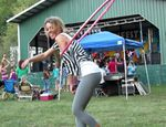 Katie Sunshine fait du hula hoop en pantalon de Yoga - video