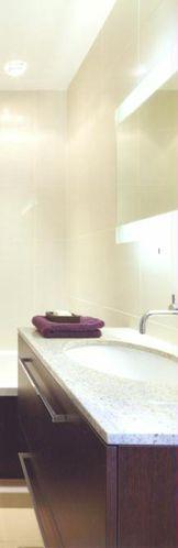 conseils en clairage pour une salle de bain installer un luminaire. Black Bedroom Furniture Sets. Home Design Ideas
