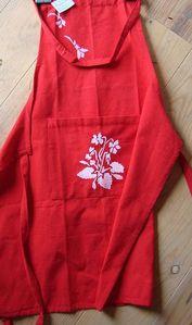 tablier rouge fleurs