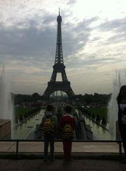 tour-eiffel-jumeaux-sacs-abeille-sammies-samsonite-Paris.jpg