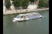Bateau-bus sur la Seine  Paris