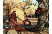 147-namibie-kaokoland-village-himba-femme-travail.jpg