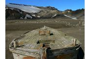 069-antarctique-deception-island-barque-baleinier.jpg