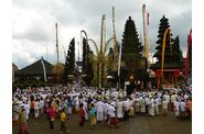 173-bali-kintamani-temple-foule-ceremonie.jpg
