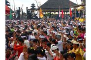 174-bali-kintamani-temple-foule-priere.jpg