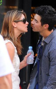 ashley greene kissing joe jonas 2