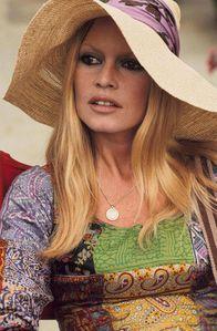 Camille-Liberty-capeline-souple-Brigitte-Bardot-70-s.jpg