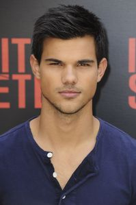 Taylor Lautner - Abduction Phocall Paris 1
