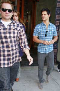 taylor-lautner-lily-collins-11112010-01-820x1230