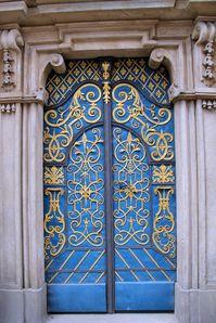 photo exceptionnelle animée partir en touristes et aller en vacances en pologne cathédrale ville de wroclaw et l'université magnifique porte ouvragée