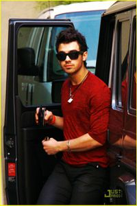 joe-jonas-jobros-still-together-02.jpg