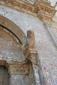640px-Castel_del_Monte_entrance_detail-copie-1.jpg