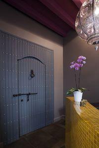 Entree porte bleu berbere & comptoir mosaique doree - Copyr