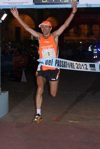 Giorgio Calcaterra taglia per la settima volta consecutiva iltraguardo della 100 km del Passatore 2012 (quarantesima edizione) - Foto di Maurizio Crispi