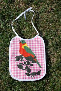 bavoir rose avec imprimé oiseau