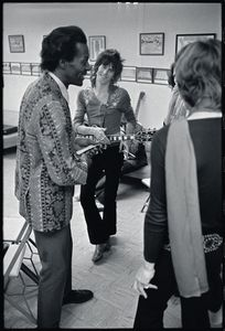 mick-jagger-keith-richards-chuck-berry-backstage-altamont-1