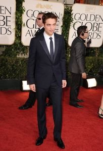 Robert Pattinson - Golden Globes Red Carpet 2