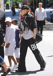 20120520-pictures-madonna-kabbalah-centre-new-york-03.jpg
