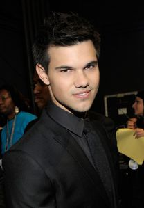 Taylor Lautner People's Choice Awards backstage 1