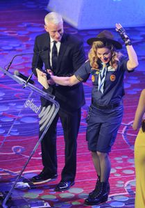 20130317-pictures-madonna-glaad-media-awards-p-51.jpg