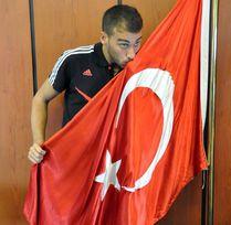 Cenk Tosun embrasse le drapeau turc