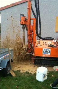 eau qui jaillit forage puits artésien