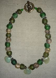 Bronze, pâtes de verre, jade