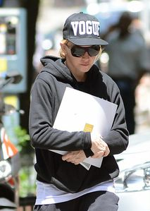 20130623-pictures-madonna-out-and-about-kabbalah-n-copie-1.jpg