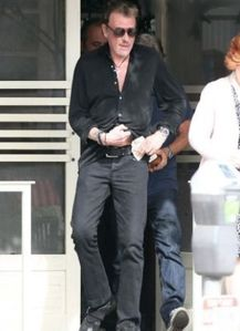 812160-johnny-hallyday-a-la-sortie-du-0x414-3-copie-1