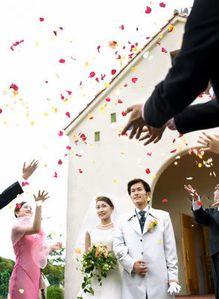 ceremonie-de-mariage-petales.jpg