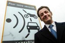 Sarkozy Nicolas 131 - Devant un panneau pour radar