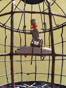 cage, balancoire, statuette, rouille