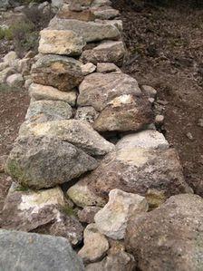pierre-seche-croisement-dans-le-corps-du-mur.JPG