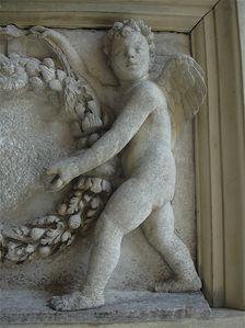 Château d'Écouen-bas relief anges droit