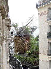 LEPIC-WINDMILLBed-and-Breakfast-Paris-outside-copie-1.jpg