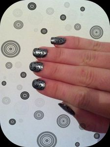 article-nail-art-base-noir-claire-s-et-stamping-montage.jpg