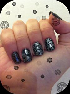 article-nail-art-base-noir-claire-s-et-stamping02-montage02.jpg