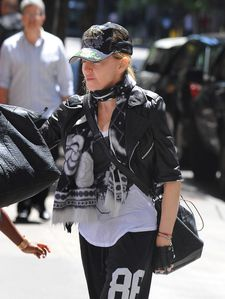 20120520-pictures-madonna-kabbalah-centre-new-york-02.jpg