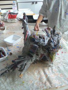 Poule en papier mâché