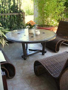 Table basse ronde sur la terrasse