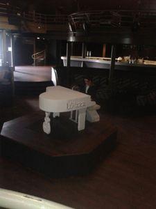 le piano a queue blanc et son siege assortis sur mesures (4