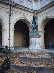 Palais-Saint-Pierre-statue.JPG