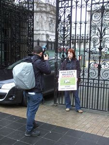 Daly Daly TD at gates of Dail (Irish parliament) calling fo