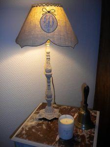 Pied sculpté et abat jour lin monogramme ancien