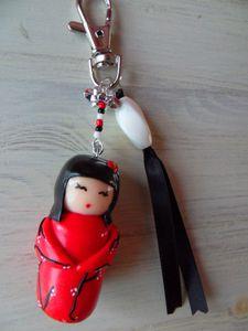 Porte clé style kimmidoll en fimo rouge