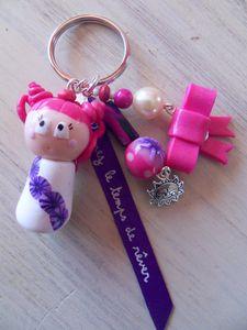 Porte clé petite fille manga fimo ton rose violet ruban