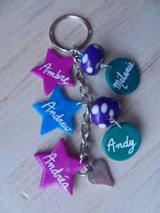 Porte clé n°1 : 3 plaques étoiles fimo AMBRE ANDREW ANDREA et 2 plaques rondes MELANIE ANDY
